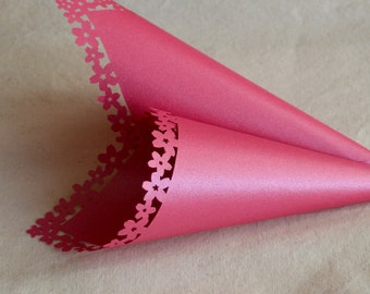 Hot pink confetti cones or sweet cart cones with flowery edge (x15)