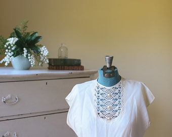 1950s White Blouse with Pearl Button and Lace Front Small