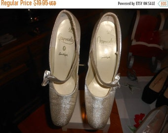 """VINTAGE SUMMER SALE Vintage 1960's Gold Lame """"Gaymode"""" shoes- Made in Usa- Sharp styling and look and in great condition ! Size 8Aa"""