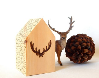 Antlers pyrography wooden house.  Cabin decor. Lodge decor. Woodburned house. Small wooden house. Holiday wood decor. Wood burning house.