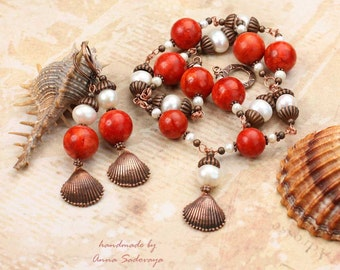 Earrings and necklace of large pearls and of coral