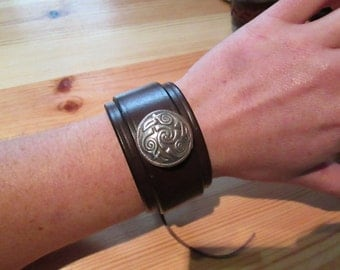 Hand-made leather cuff bracelet - Celtic Spirals