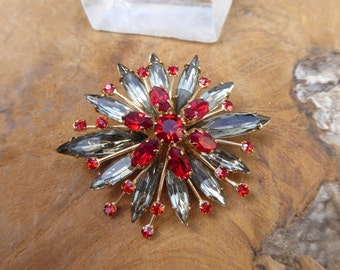 Vintage Brooch - Costume Jewelry - Dimensional Brooch