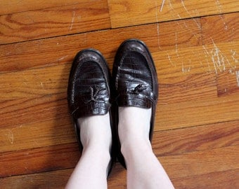Loaf About Vintage Etienne Aigner Tassel Leather Loafers // Preppy Rich Brown Low Heeled Slip On Shoes // 1980's Alligator Womens Size 8.5