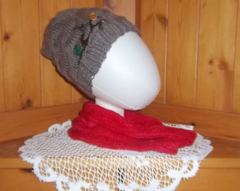 Pretty fall toque with embroidered motifs and buttons.