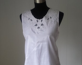 Vintage Embroidery Thai Silk Top in White || Vintage Size Large