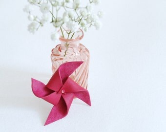 Brooch in pink leather windmill