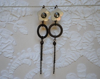 Flower mother of pearl earrings and brass ring