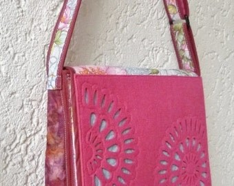 Quilted shoulder bag, fabric and felt, with flowers. Sole and exclusive