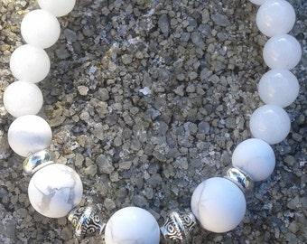 69) Bracelet en pierres semi précieuses de jade blanc de 8 mm et howlite de 10mm montée sur fil élastique