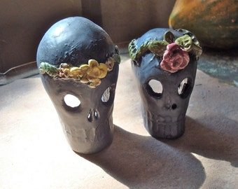 Pair Black Ceramic Dia de Los Muertos Skull Decorated with Flowers Altar Shrine Candle Holder Clay Halloween Decoration