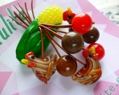 Ain't nobody here but us chickens! 40s 50s bakelite fakelite style novelty corn and chickens brooch by Luxulite