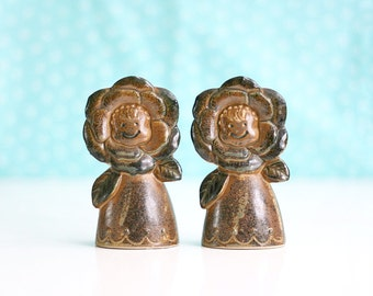 Vintage Stoneware Flower Faces Salt and Pepper Shakers / Mid Century Flower Shakers from Japan