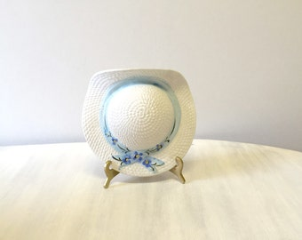 Vintage straw hat ceramic wall pocket, china wall planter, porcelain wall vase, white straw hat, 80s kitsch china hat, white china wall vase