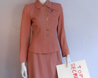 It Is All Hush Hush - WW2 1940s Muted Salmon Coral Rayon Suit w/Butterscotch Lucite Buttons - 8/10