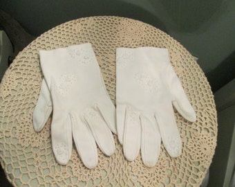 Vintage Embroidered White Gloves / 1960s Short White Gloves /  Medium Large Gloves