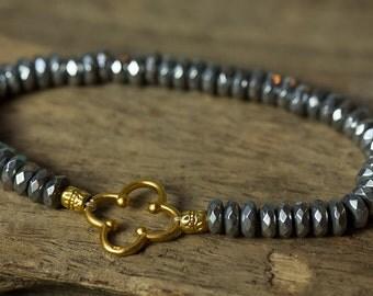 Clover Bracelet, Gold Clover Bracelet, Hematite Bracelet, Beaded Bracelet, Stretch Bracelet, Stack Bracelet, Boho Bracelet, Simple Bracelet