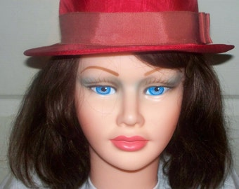 Vintage Red Hat  - Good Condition - Unmarked - Linen - Grosgrain Ribbon