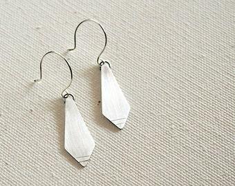Long diamond shaped silver earrings with chiseled markings - Corbata Earrings