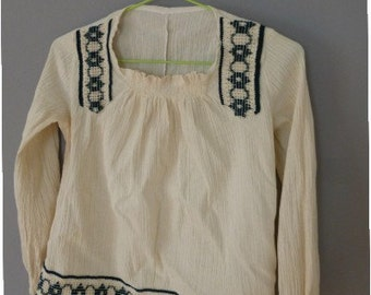 70s folk blouse. XXS size. Hippie cotton longsleeved top, made in Greece. Embroidered with green pattern. In excellent condition.