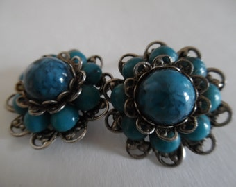 Vintage 1960s Mock Turquoise Flower Shaped Cluster Clip On Earrings in a Silvertone Fillagree Setting