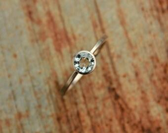 14k whitegold ring with beryl