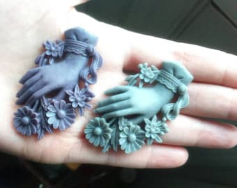 "Brooch ""Victorian Hand"" gray or lilac"
