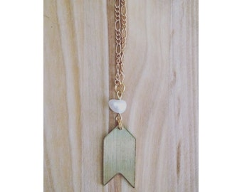 Long gold necklace for women, gold arrow and shells pearls. -CO01-