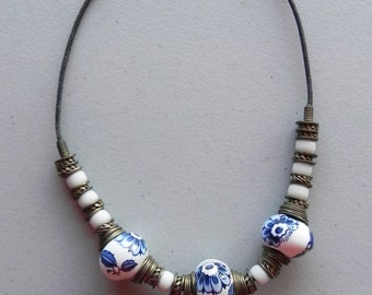 bead necklace / ceramic beads / leather cord