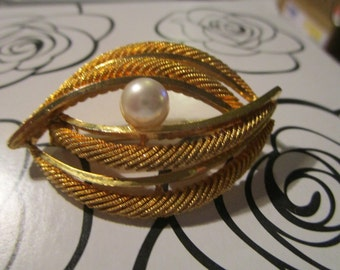 """vintage patterned goldtone brooch marked 065 new with faux pearl 2""""across x 1.25"""""""