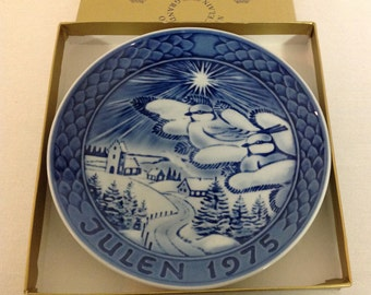 Grand Porcelain of Copenhagen Annual Christmas Plate, Julen 1975 Blue Collector Plate, Alone Together, Christmas Series