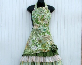 Ladies Green Floral Apron.  Retro Style Apron with Vintage Lace trim.