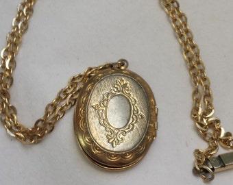 Vintage locket necklace, pendant necklace, retro 1970's necklace, keepsake vintage jewellery.