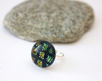 Sterling silver ring 925 and dichroic glass cabochon with blue reflections, green and yellow