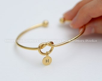 Love Knot Bangle Bracelet with Initial Disc/ Personalized Heart Knot, Bridesmaid Gift, BFF Bracelet Stacking Bangle Mom Daughter Wedding 082