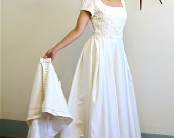 Vintage Modest A-Line Wedding Dress Ivory Satin Chantilly Lace Long Train Cream Pearl Beading Bows Romantic Bridal Gown Size XL 12 14 Plus