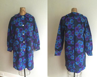 Vintage 1960s Raincoat / REDUCED 60s Deadstock Mod Peter Pan Collar Hexagonal Print Purple Rain Coat - Extra Small XS Small New Old Stock