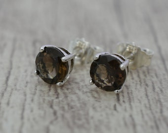 Few studs with round quartz, 6 mm