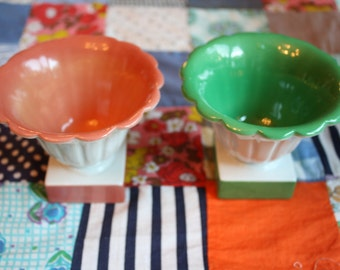 Set of two bowls on square pedestals, green and peachy salmon