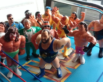 WWF hasbro wrestling ring + 21 action figures ( Andre the giant , Ultimate Warrior Macho Man , Koko BWare , Demolition team more