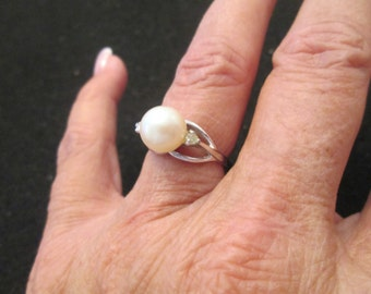 Gorgeous Genuine Cultured PEARL ring in STERLING SILVER, vintage 1960's, new old stock. Sizes 4,6,7,8