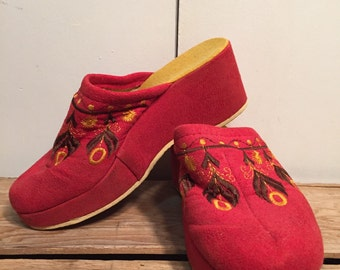 Vintage Embroidered Clogs // Size 6 // Free Shipping