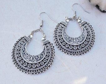 Tribal crescent earrings, ethnic chandelier earrings, large silver moon filigree earrings, handmade tribal fusion accessoire, ethnic jewelry