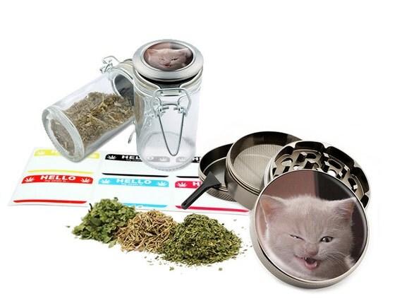 "Annoying Cat - 2.5"" Zinc Alloy Grinder & 75ml Locking Top Glass Jar Combo Gift Set Item # G123114-0034"