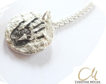 Round amulet silver handprint or footprint. The structure of the Baurminde protects the memory of your loved ones.