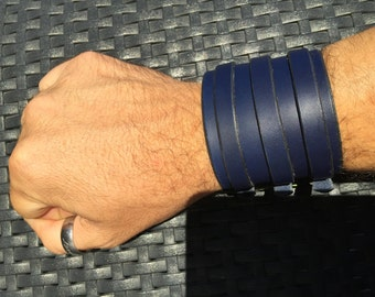 Wrist strap of leather triple closing