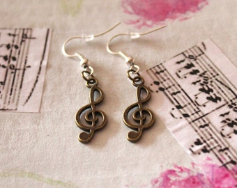 G-clef earrings in aged gold