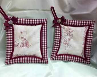 Padded kitchen pot holders pair