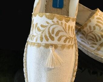 Alpargatas pintadas en talavera mexicana con borla, alpargatas bonitas, zapatos mexicanos pintados a mano, talavera mexicana diseños