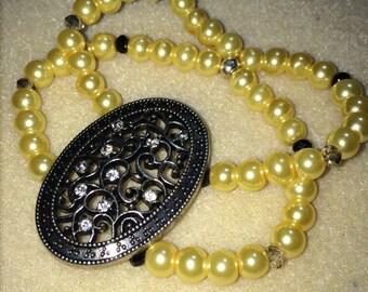 Vintage themed pearl bracelet